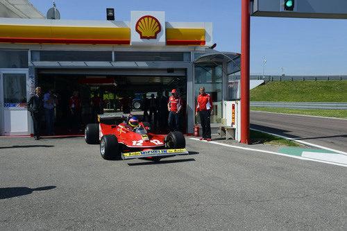 Jacques Villeneuve sale a pista con el Ferrari 312 T4 de su padre