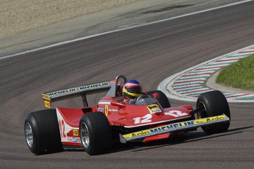 Jacques y el Ferrari 312 T4 en plena curva de Fiorano