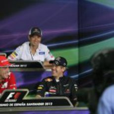 Fernando Alonso y Sebastian Vettel se divierten en la rueda de prensa de la FIA