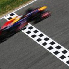 Sebastian Vettel cruza la línea de meta en el Circuit de Catalunya