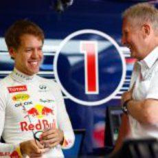 Sebastian Vettel y Helmut Marko sonrientes en el box de Red Bull
