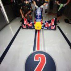 Un alerón delantero esperando en el box de Mark Webber
