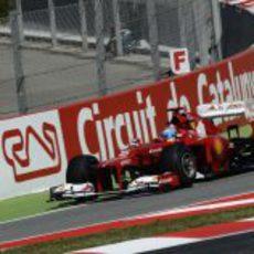 Fernando Alonso rueda en los libres de Montmeló