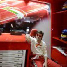 Fernando Alonso espera en su box para salir a pista
