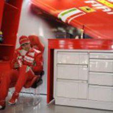 Felipe Massa en el box de Ferrari durante los libres de Montmeló