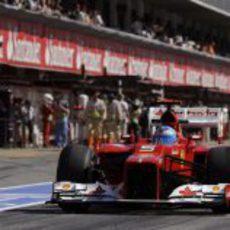 Fernando Alonso rueda por el 'pit lane' de Montmeló