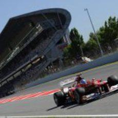 Fernando Alonso sale a pista en los entrenamientos libres de Montmeló