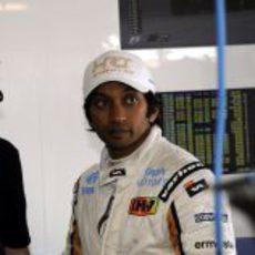 Narain Karthikeyan espera para subirse al coche en Montmeló