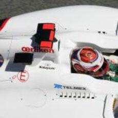 Kamui Kobayashi completa otra vuelta en Montmeló