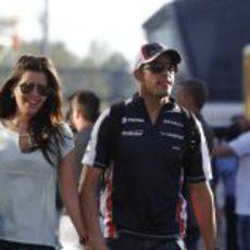 Pastor Maldonado y su novia antes de comenzar los libres del GP de España 2012