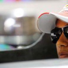 Lewis Hamilton sentando en su monoplaza
