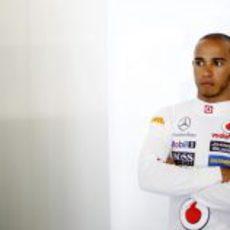 Lewis Hamilton apoyado en una pared
