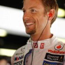 Jenson Button sonríen en el box de McLaren