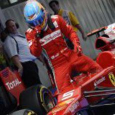 Fernando Alonso se baja del coche tras clasificar en tercera posición