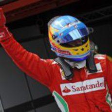 Fernando Alonso saluda a sus aficionados tras la clasificación