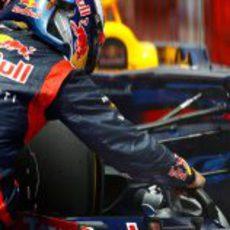 Sebastian Vettel enfría los frenos de su RB8 tras la clasificación