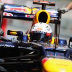 Sebastian Vettel regresa al garaje de Red Bull