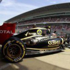 Romain Grosjean abandona el garaje para salir a la pista