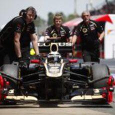 Los mecánicos ayudan a Kimi Räikkönen a regresar al 'box'