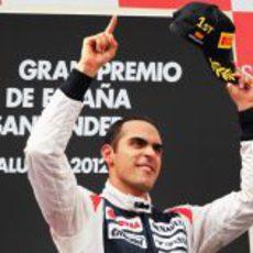 Pastor Maldonado celebra su victoria en el podio del GP de España 2012