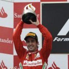 Fernando Alonso levanta su trofeo en el GP de España 2012