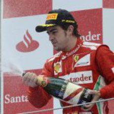 Fernando Alonso descorcha el champán en el GP de España 2012