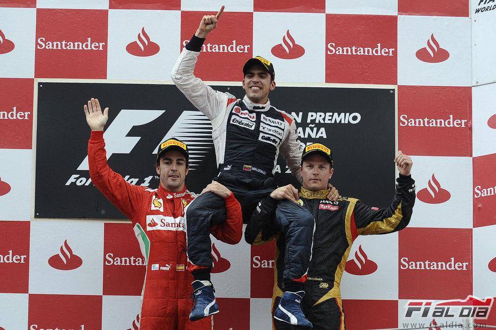 Alonso y Räikkönen levantan en brazos a Maldonado