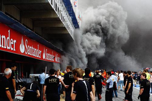 Mucho humo en el 'pit lane' de Barcelona 2012
