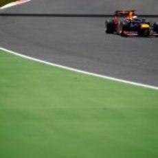 Sebastian Vettel rueda durante la carrera en España