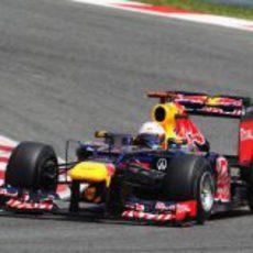 Sebastian Vettel sale de una curva en Montmeló