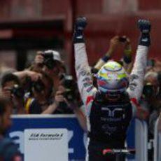 Pastor Maldonado celebra su primera victoria en la F1