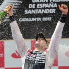 Pastor Maldonado disfruta de su victoria en el podio de Montmeló
