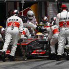 Lewis Hamilton realiza un 'pit stop' en Montmeló