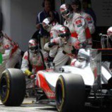 Jenson Button entra a 'boxes' para cambiar neumáticos