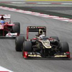 Kimi Räikkönen por delante de Fernando Alonso en Montmeló
