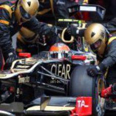 Romain Grosjean hace una parada en 'boxes'