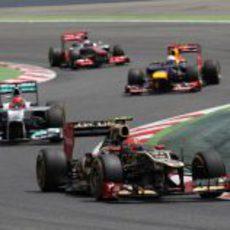 Romain Grosjean sale de una curva por delante de varios pilotos