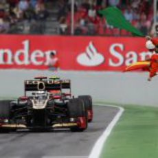 Kimi Räikkönen entra al 'pit lane' de Montmeló
