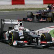 Kamui Kobayashi sale de una curva en Montmeló