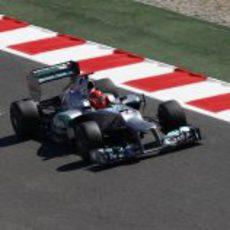 Michael Schumacher pasa por la línea de meta de Montmeló