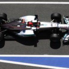 Michael Schumacher pasa por el 'pit lane'