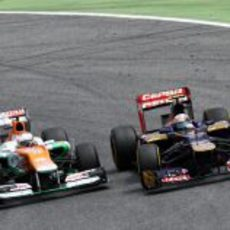 Paul di Resta adelantado por un Toro Rosso en el GP de España 2012