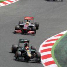 Heikki Kovalainen a punto de ser doblado por un McLaren