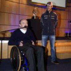 Pastor Maldonado asiste a las palabras de Frank Williams
