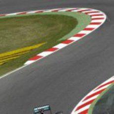 Michael Schumacher exprime el W03 en Montmeló