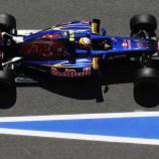 Jean-Eirc Vergne pasa por el 'pit lane' en Barcelona
