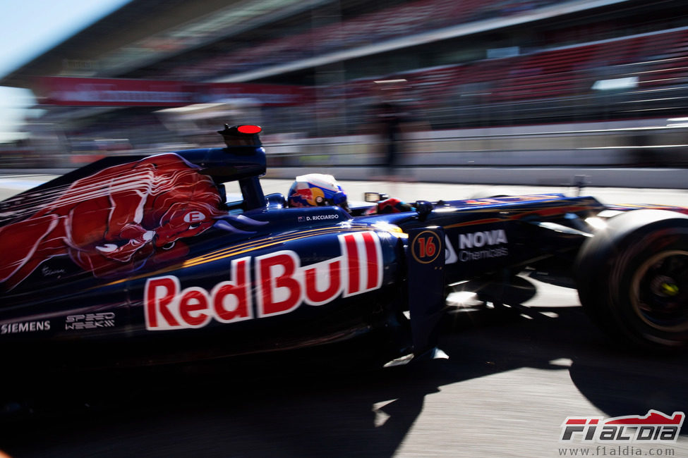 Daniel Ricciardo sale del garaje en Montmeló