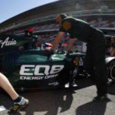 Vitaly Petrov regresa al garaje en Barcelona