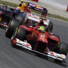 Felipe Massa por delante de un Red Bull