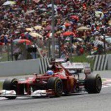 Fernando Alonso sale de una curva durante la carrera en Montmeló